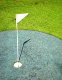 Bandierina su golfcourse Immagini Stock Libere da Diritti