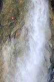 bandierina svizzera Rosso-bianca vicino alla cascata Lauterbrunnen Fotografia Stock