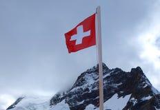 Bandierina svizzera sopra le montagne Immagini Stock Libere da Diritti