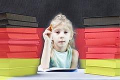 Bandierina tedesca la ragazza bionda vuole imparare tedesco Doppia esposizione immagine stock