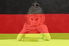 Bandierina tedesca la ragazza bionda vuole imparare tedesco Doppia esposizione immagini stock