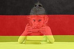 Bandierina tedesca la ragazza bionda vuole imparare tedesco Doppia esposizione immagine stock libera da diritti