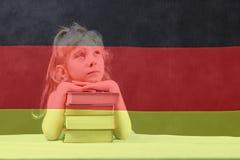 Bandierina tedesca la ragazza bionda vuole imparare tedesco Doppia esposizione fotografia stock