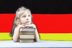Bandierina tedesca la ragazza bionda vuole imparare tedesco Doppia esposizione fotografie stock