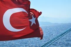 Bandierina turca che fluttua su una barca Immagini Stock