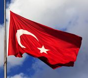 Bandierina turca sul flagpole immagini stock