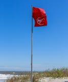 Bandierine d'avvertimento della spiaggia Fotografie Stock Libere da Diritti
