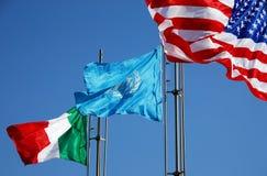 Bandierine degli S.U.A., dell'Italia e dell'ONU fotografia stock