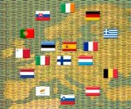 Bandierine dei paesi di eurozone contro i mucchi delle monete Fotografia Stock