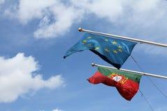 Bandierine dell'Ue e del Portoghese Fotografia Stock