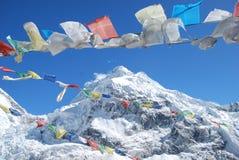 Bandierine di preghiera con la priorità bassa della montagna Fotografia Stock Libera da Diritti