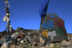 Bandierine di preghiera e pietre di preghiera, India di nordest Immagini Stock