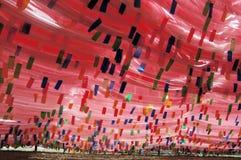 Bandierine di preghiera nel Tibet Cina Fotografia Stock