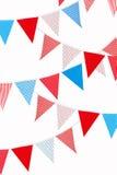 Bandierine rosse, blu e bianche su priorità bassa bianca Fotografie Stock