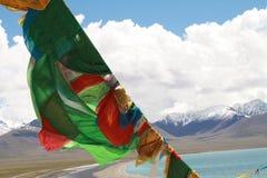 Bandierine tibetane di preghiera davanti al lago Namtso Immagine Stock Libera da Diritti