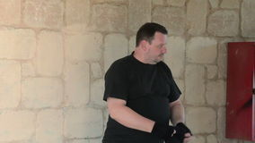 Bandiet die balaclava masker op hoofd dragen stock footage
