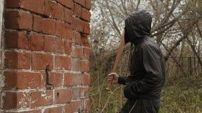 Bandietenmens in zwart masker op knuppel van het gezichts de golvende honkbal tijdens straatstrijd stock videobeelden