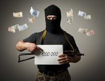 Bandit armé et un million d'euro Images libres de droits