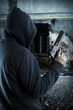 Bandit avec l'arme à feu la nuit Image libre de droits