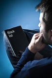 Bandit cheking la liste noire image libre de droits