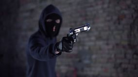 Bandit menaçant par l'arme à feu, bandit tenant l'arme, vol, agression banque de vidéos