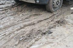 Bandloopvlak van autowielen in de modder Stock Foto's