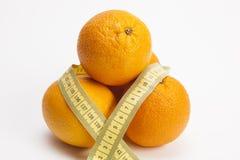Bandmaß um Orangen Lizenzfreie Stockfotografie