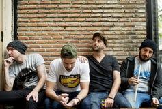 Bandmates die wat tijd samen doorbrengen stock foto