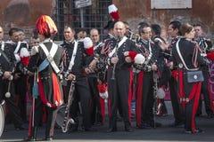 bandmusikal som sjunger tre kvinnor ItalienareCarabinieri musiker som väntar på deras kapacitet Royaltyfria Bilder