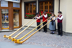 bandmusiker som leker gataschweizarezermatt Royaltyfria Foton