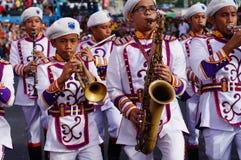 Bandmusiker spielen verschiedene Instrumente während der jährlichen Blaskapelleausstellung Stockfoto