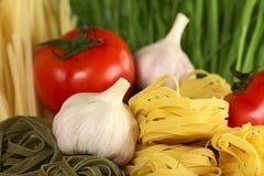Bandnudeln mit Knoblauch und Tomate Stockfotos