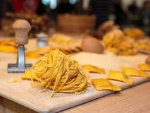 Bandnudeln und Tortellini-italienische Teigwaren mit Mehl, Ei und Pas Lizenzfreies Stockfoto