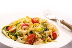 Bandnudeln, Zucchini, Tomate und scarmoza Käse Lizenzfreies Stockfoto