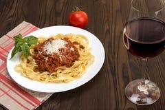 Bandnudelnal ragu Bewohner von Bolognese und Wein Chianti Lizenzfreie Stockbilder