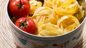 Bandnudelnteigwaren mit Tomaten Stockbilder