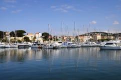Bandol小游艇船坞和村庄在法国 库存照片