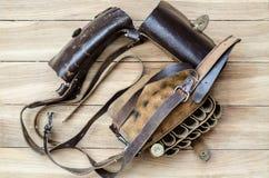 Bandolera de cuero vieja de la caza en una tabla de madera Imagen de archivo