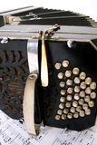 Bandoneon mit Musikblättern Stockfoto