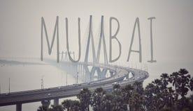Bandra worli sealink med idérik Mumbai text royaltyfri fotografi