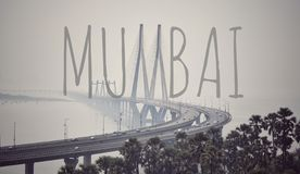 Bandra-worli Sealink mit kreativem Mumbai-Text lizenzfreie stockfotografie