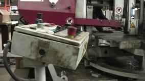 Bandsåg för metall Arbetaren justerar maskinen och startar den arkivfilmer