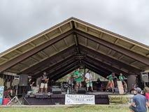 Bandspiele auf Stadium am Tag der Erde-Festival lizenzfreie stockbilder