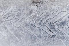 Bandspoor op sneeuw Beschermer op ijsweg stock afbeelding