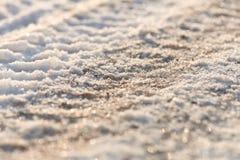 Bandsporen in de bevroren sneeuw - ijs - detail Stock Afbeeldingen