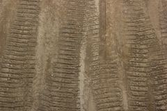Bandsporen op een bruine landweg, geweven afdrukken royalty-vrije stock afbeelding