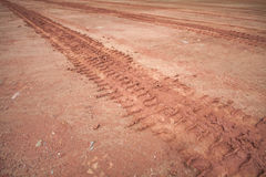Bandsporen op een modderige weg Royalty-vrije Stock Fotografie