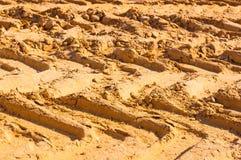 Bandsporen van een grote vrachtwagen op het zand Stock Afbeelding