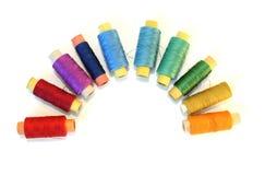 Bandspulen der Farbengewinde auf Weiß Stockbilder