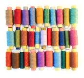 Bandspulen der Farbengewinde auf Weiß Stockfotos